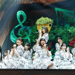 """日向坂46、無観客配信ライブはファンタジーで新感覚 AR演出駆使しファンと一体に<「HINATAZAKA46 Live Online,YES!with YOU!~""""22人""""の音楽隊と風変わりな仲間たち~」詳細レポ>"""