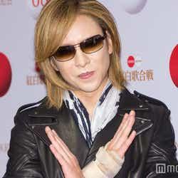 モデルプレス - X JAPAN・YOSHIKI、「紅」でドラム復帰 最後はピースサイン<紅白本番>