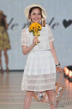 藤井リナ、透け感たっぷりホワイトコーデで美脚ちらり