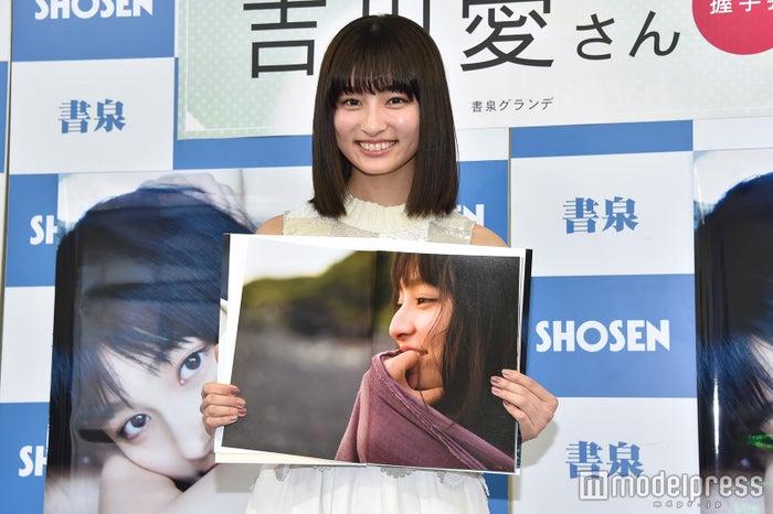 お気に入りのカットを披露する吉川愛(C)モデルプレス