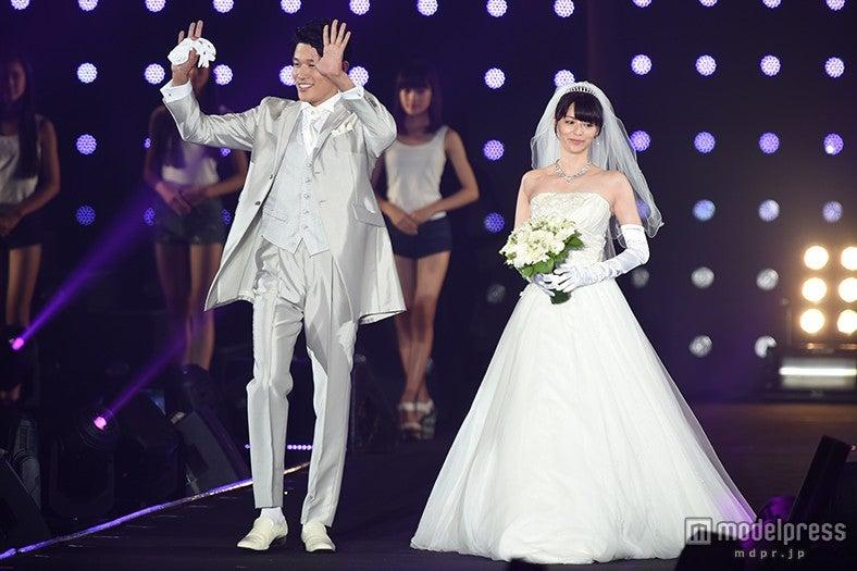 """香里奈&鈴木亮平、ウエディング姿でランウェイ """"お似合い""""2ショットに観客うっとり<TGC2015A/W>【モデルプレス】"""