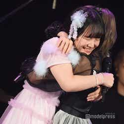 2位と3位になり喜ぶ矢作萌夏、岡田奈々/「AKB48グループ歌唱力No.1決定戦」決勝大会 (C)モデルプレス