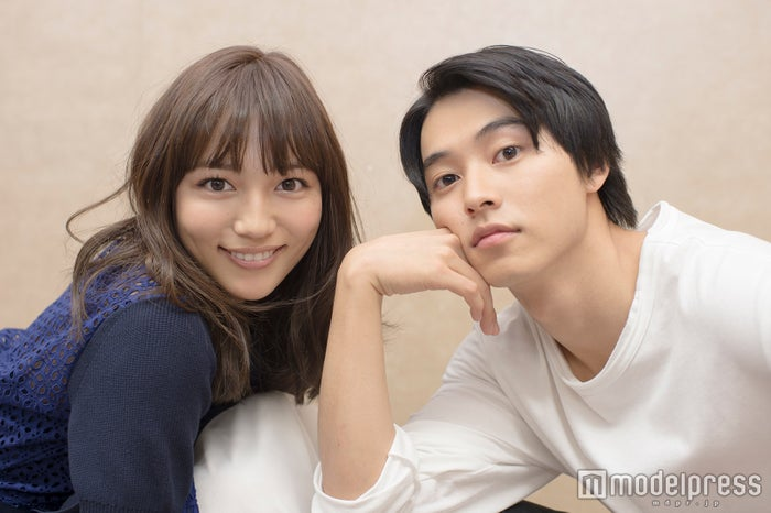 モデルプレスのインタビューに応じた(左から)川口春奈、山崎賢人(C)モデルプレス