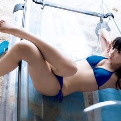 黒崎レイナ、初カレンダー発表 美ボディで魅せる