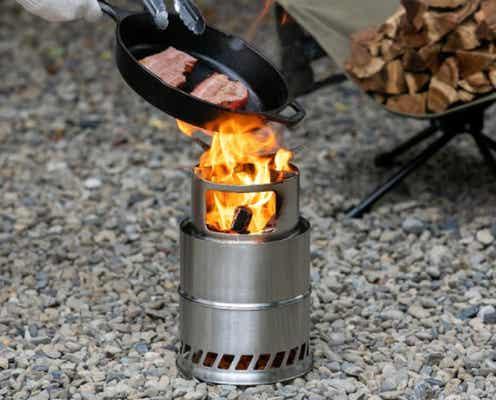 """煙が出にくく、少ない燃料で高火力の""""二次燃焼""""ストーブが、コメリで2,480円!コンパクトで初心者にも使いやすい"""