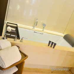 ゆったりとしたバスルーム(C)モデルプレス
