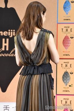 背中ざっくりドレスで色気たっぷりな石原さとみ (C)モデルプレス