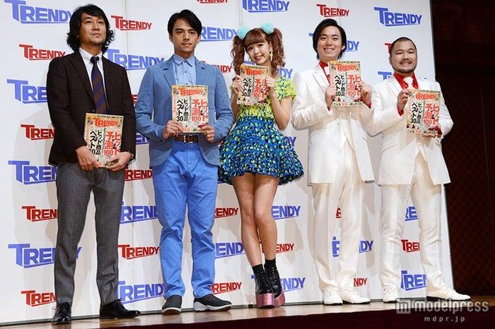 左より:伊藤健編集長、満島真之介、藤田ニコル、クマムシ