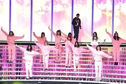 E-girls、お揃いピンクジャージで音合わせ 階段パフォーマンスに注目<紅白リハ1日目>