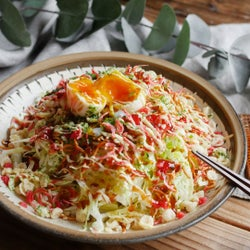 5分で完成。「パリパリ食感の広島焼き風サラダ」レシピ