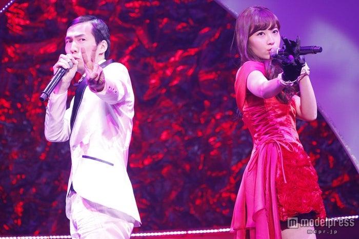 小嶋陽菜はスタッフの北川謙二氏とデュエットソング「二人はデキテル」を披露(C)AKS