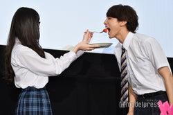 """玉城ティナ、小関裕太に""""イチゴをあーん""""して女性ファンに陳謝<わたしに××しなさい!>"""
