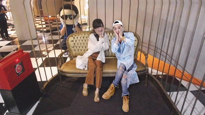 G-DRAGONとベンチデート!後方には…世界を熱狂させた韓国HIPHOP界のあの人?笑(提供画像)