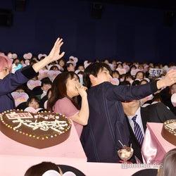 観客と一緒にセルフィー(左から)横浜流星、上白石萌音、杉野遥亮、川村泰祐監督(C)モデルプレス