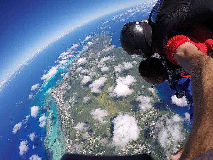 丸い地球を実感できるほどの迫力満点の景色が待っています(C)Skydive Saipan LLC