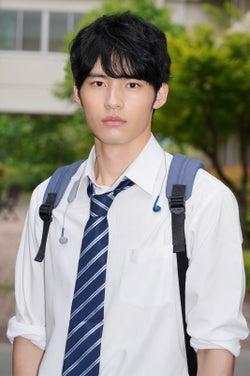 岡田健史、爽やか制服姿にキュン「シンプルで締まった衣装」<博多弁の女の子はかわいいと思いませんか?>