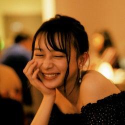 乃木坂46鈴木絢音、ほろ酔いカット公開<1st写真集「光の角度」先行カット>
