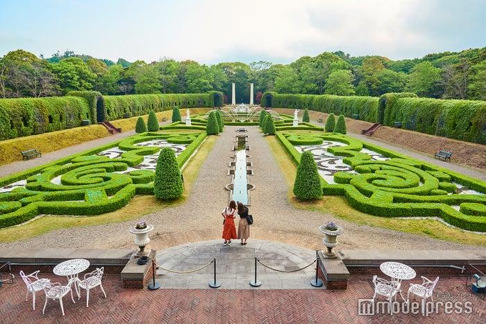 まさにヨーロッパの庭園に迷い込んだよう(C)モデルプレス