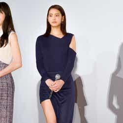 モデルプレス - 山崎紘菜、極上美脚あらわな大胆SEXYドレスで登場