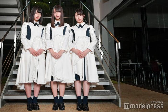 左から:渡邉美穂、小坂菜緒、丹生明里(C)モデルプレス