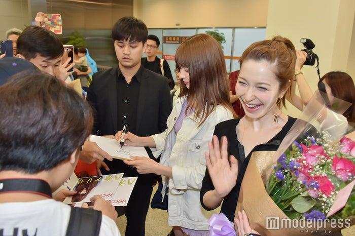 藤井リナ(右)&八木アリサ(左)らが台湾上陸 現地ファン殺到で熱烈歓迎(C)モデルプレス