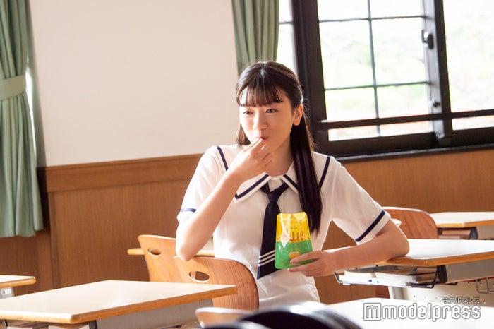 にっこりグミを頰張る永野芽郁/CM撮影カットより(C)モデルプレス