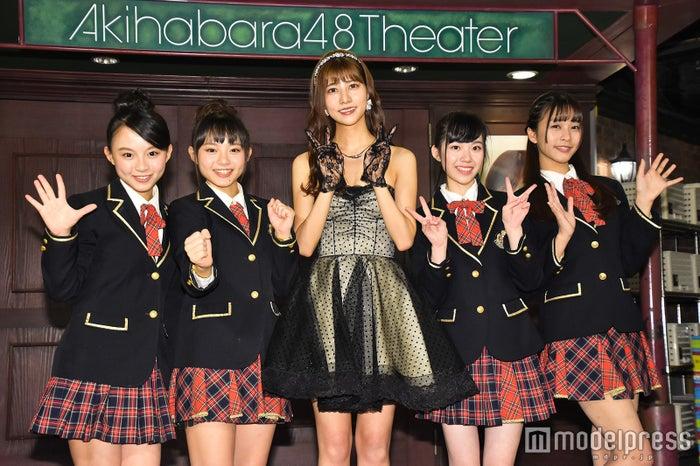 阿部マリアとAKB48台湾研究生 (C)モデルプレス