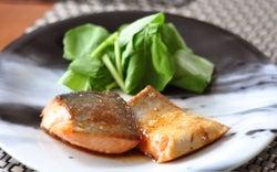 お弁当にもぴったり!「鮭のバタポン炒め」のレシピ
