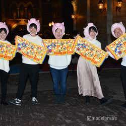 この日のためにデザインされたタオルを持って写真撮影に応じてくれた参加者たち/「サンクスデー」より(C)モデルプレス(C)Disney