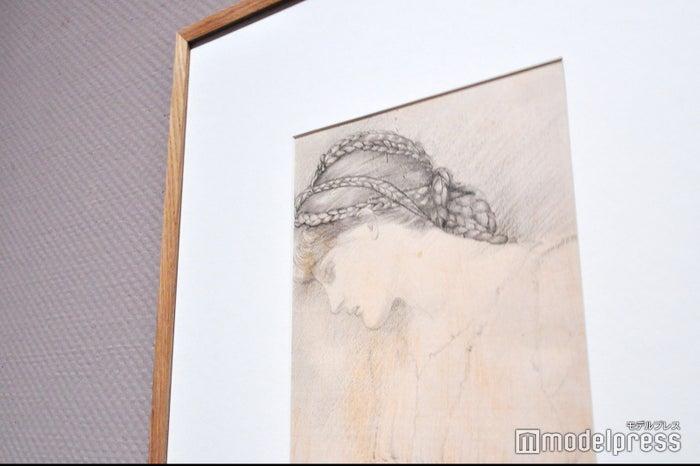 エドワード・バーン=ジョーンズ《少女の頭部習作 - 連作「いばら姫」〈バラの寝室〉用デザイン》1886年、鉛筆、紙 ウィリアム・モリス・ギャラリー(C)モデルプレス