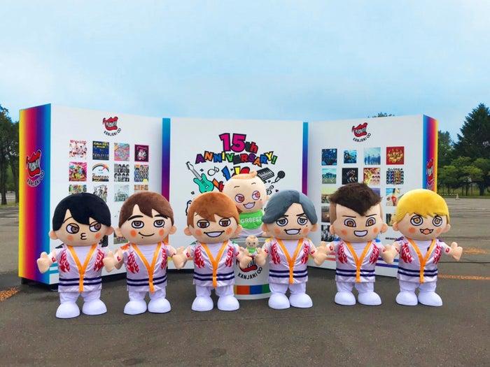 札幌ドーム場外に並べられた「GR8EST BOY」たち(前列左から)横山・丸山・大倉・錦戸・安田・村上 後方中央は「GR8EST BABY」(提供写真)