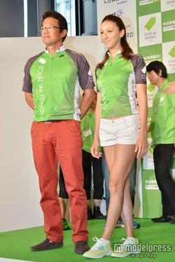 古田敦也氏(左)と道端カレン(右)