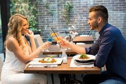 モテ女は自然にやっている!食事デートでドキッとさせる方法