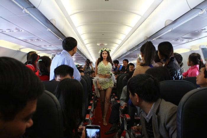 バラをふんだんに使用したドレスを着用し、ファッションショーが機内で行われることも