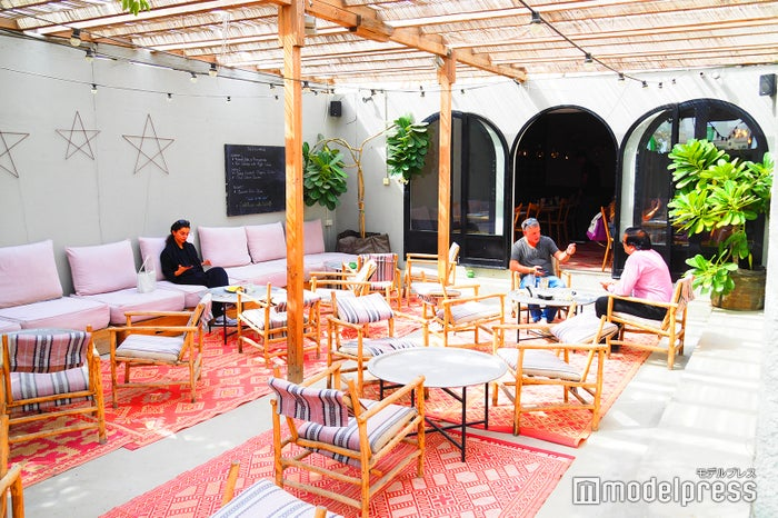 カフェ店内のテラス席、陽の光が入る爽やかな空間(C)モデルプレス