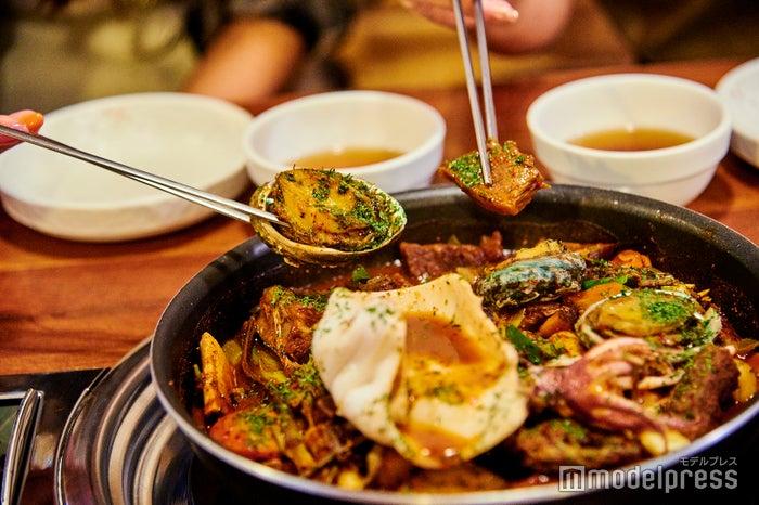 コクのある甘辛タレで煮込まれた牛肉と、丁度よい火加減で仕上げられた海の幸が最高! ボリューム満点の煮込み料理なので、ふたりなら小さい鍋1つで充分。(C)モデルプレス
