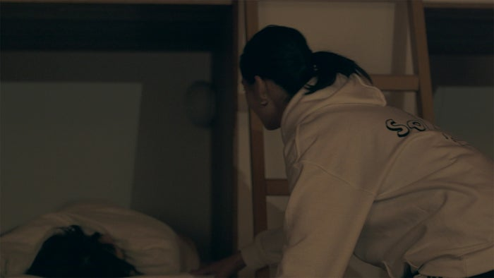 優衣を起こすりさこ「TERRACE HOUSE OPENING NEW DOORS」46th WEEK(C)フジテレビ/イースト・エンタテインメント