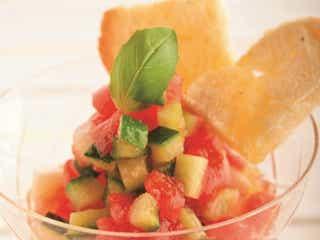 食卓が華やぐ簡単レシピ!トマトと夏野菜のさっぱりサラダ