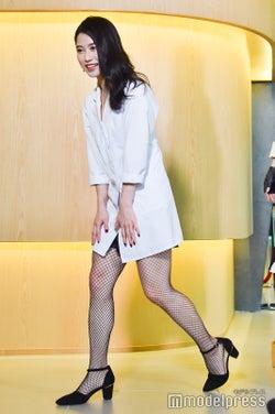 ドラマでおなじみだった白衣×網タイツ姿の横山由依 (C)モデルプレス