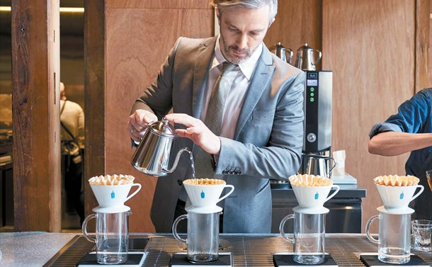 オープン初日のみブルーボトルコーヒーのディレクター オブ コーヒーカルチャーを務めるマイケル・フィリップスがバリスタに就任/画像提供:Blue Bottle Coffee Japan