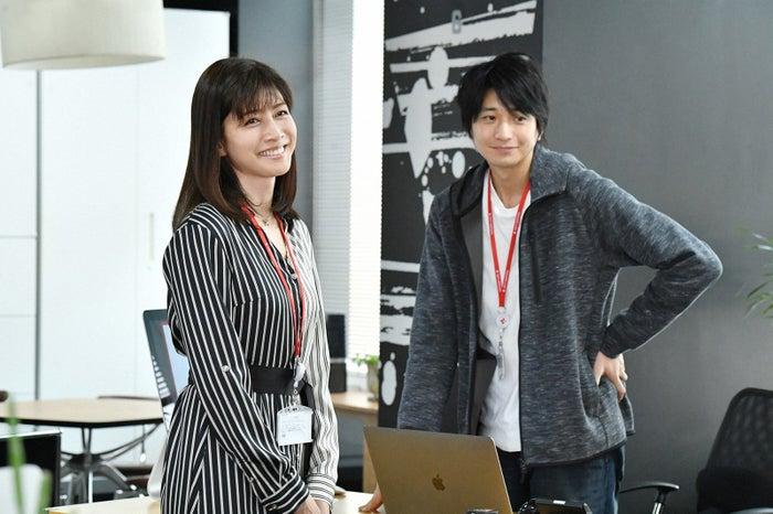内田有紀、向井理/「わたし、定時で帰ります。」第2話より(C)TBS