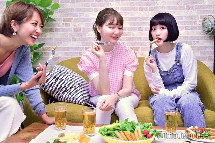今年の夏はどこ行く~?/左から渡辺由布子さん、高井香子さん、高木絢子さん/(C)モデルプレス