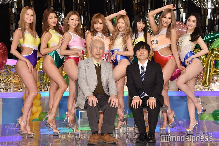 後列:LORY、MIKA T、HITOMI、KAZUE、YURIYA、AI、JUNON、KOZUE/前列左から:角田晃広、バカリズム (C)モデルプレス