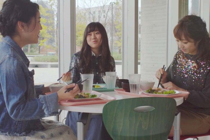 三井住友銀行の動画より/(左から)小倉可愛さん、大迫瑞季さん、吉田ももみさん
