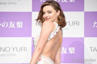 ミランダ・カー、セクシードレスで美背中大胆露出 小嶋陽菜との2ショット&やりとり明かす