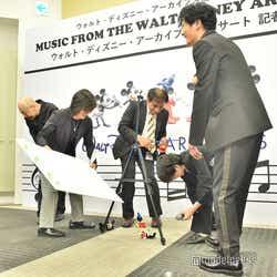 ポスターとミッキーマウスが転倒し騒然とする会場を気遣う稲垣吾郎(C)モデルプレス
