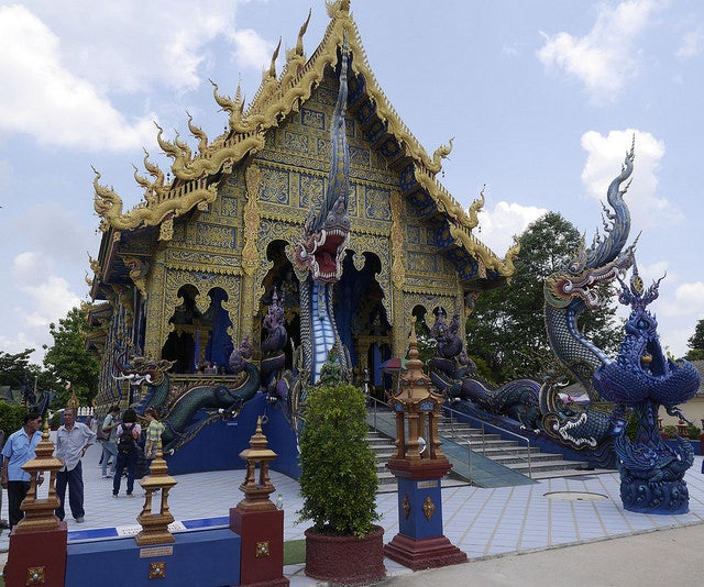 Wat Rong Suea Ten (Templo Azul), Chiang Rai, Tailandia by Edgardo W. Olivera