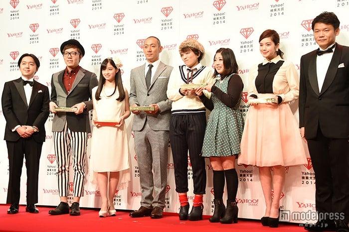 授賞式の様子(左より)宮澤執行役員、HIKAKIN、橋本環奈、市川海老蔵、日本エレキテル連合、筧美和子、宮坂社長