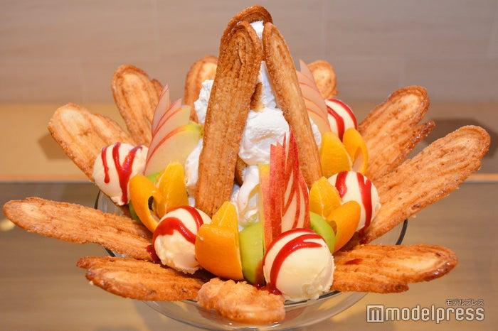 一度はチャレンジしたい「うなぎパイジャンボパフェ」3,980円/全体的に甘さ控えめなので見た目に反して食べやすい(C)モデルプレス