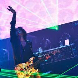 SUGIZO、音楽とエンターテインメントの力を実感できる配信ライヴのレポートが到着!